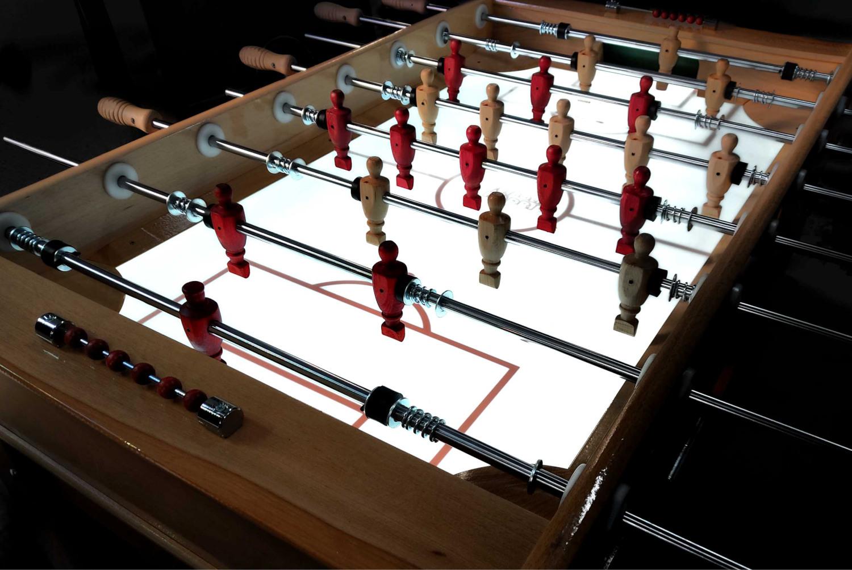 futbolin-de-madera-de-haya-con-campo-de-cristal-iluminado