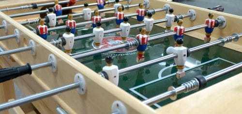 futbolín de madera con campo de cristal brillo