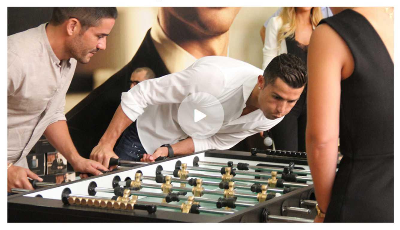 Cristiano Ronaldo jugando futbolin